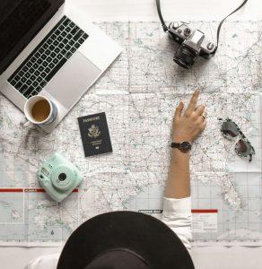 femme qui décide de voyager avec une carte