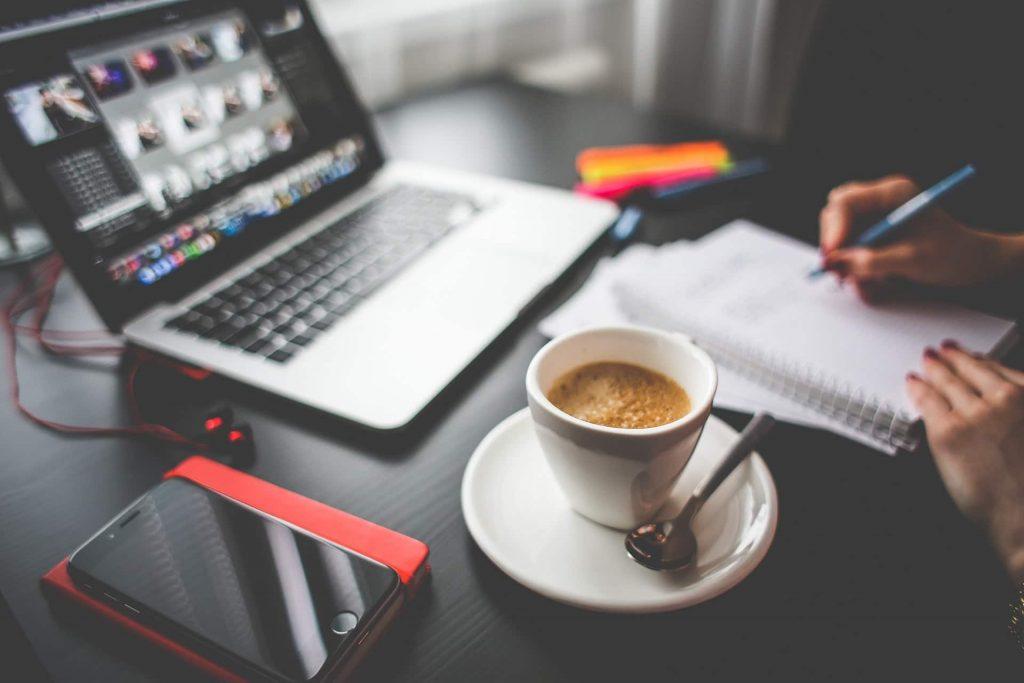 cafe en travaillant devant l'ordinateur VS petit déjeuner équilibré
