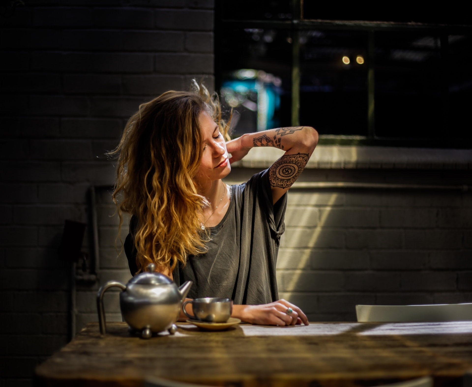femme stressee buvant une infusion la nuite