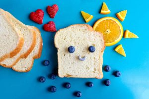 pain qui rit et fruits pour un petit déjeuner équilibré