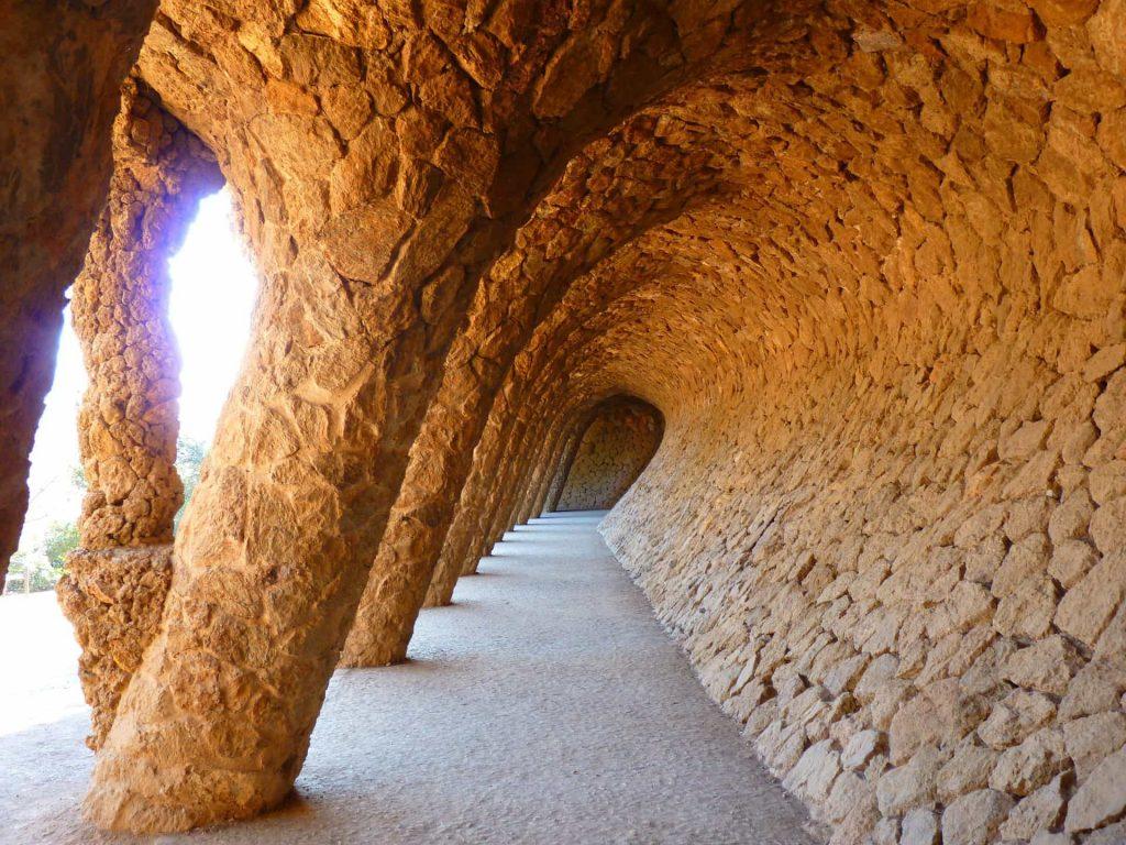 Arcs de Gaudi au parc Guell- courbes sérénité