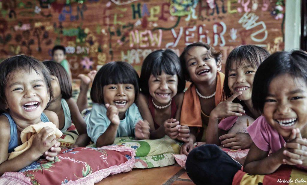 enfants qui rient en groupe
