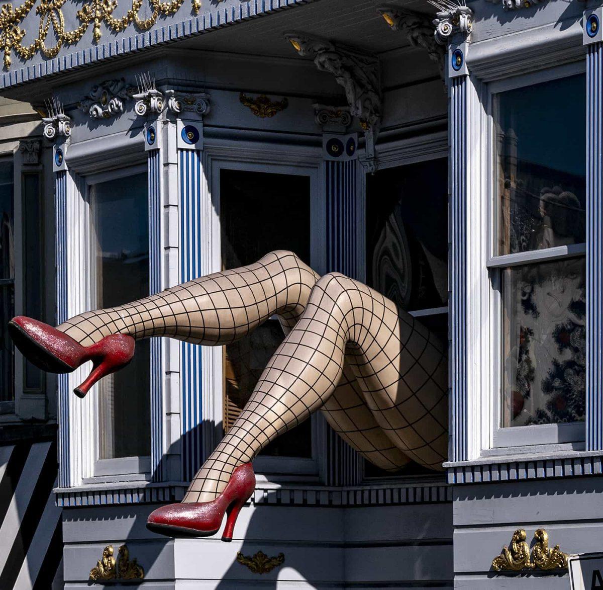 femme qui se sauve par la fenêtre