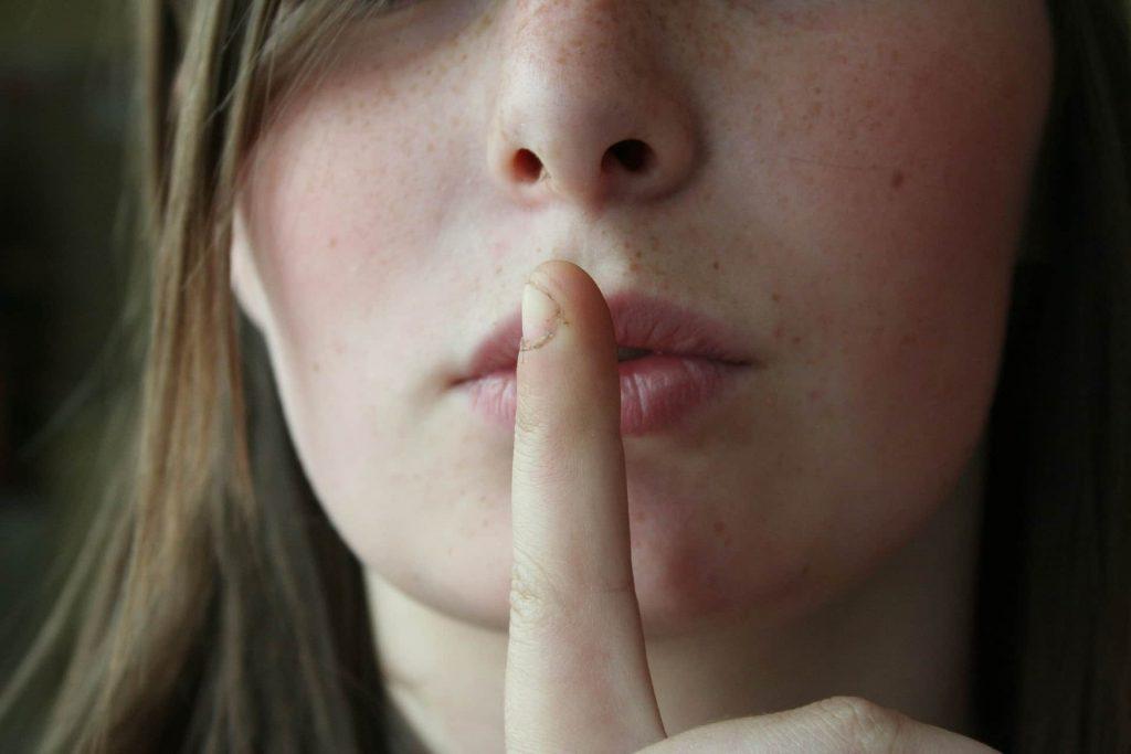 pourquoi le blogging est un secret : doigt sur la bouche
