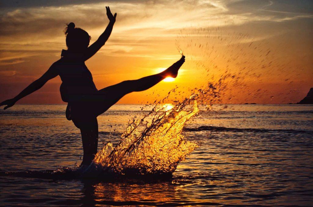 femme shootant dans l'eau - confort de vie à la ménopause