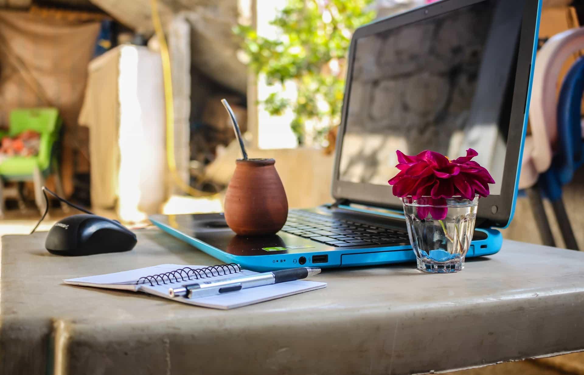 ordinateur travailler chez soi à l'extérieur