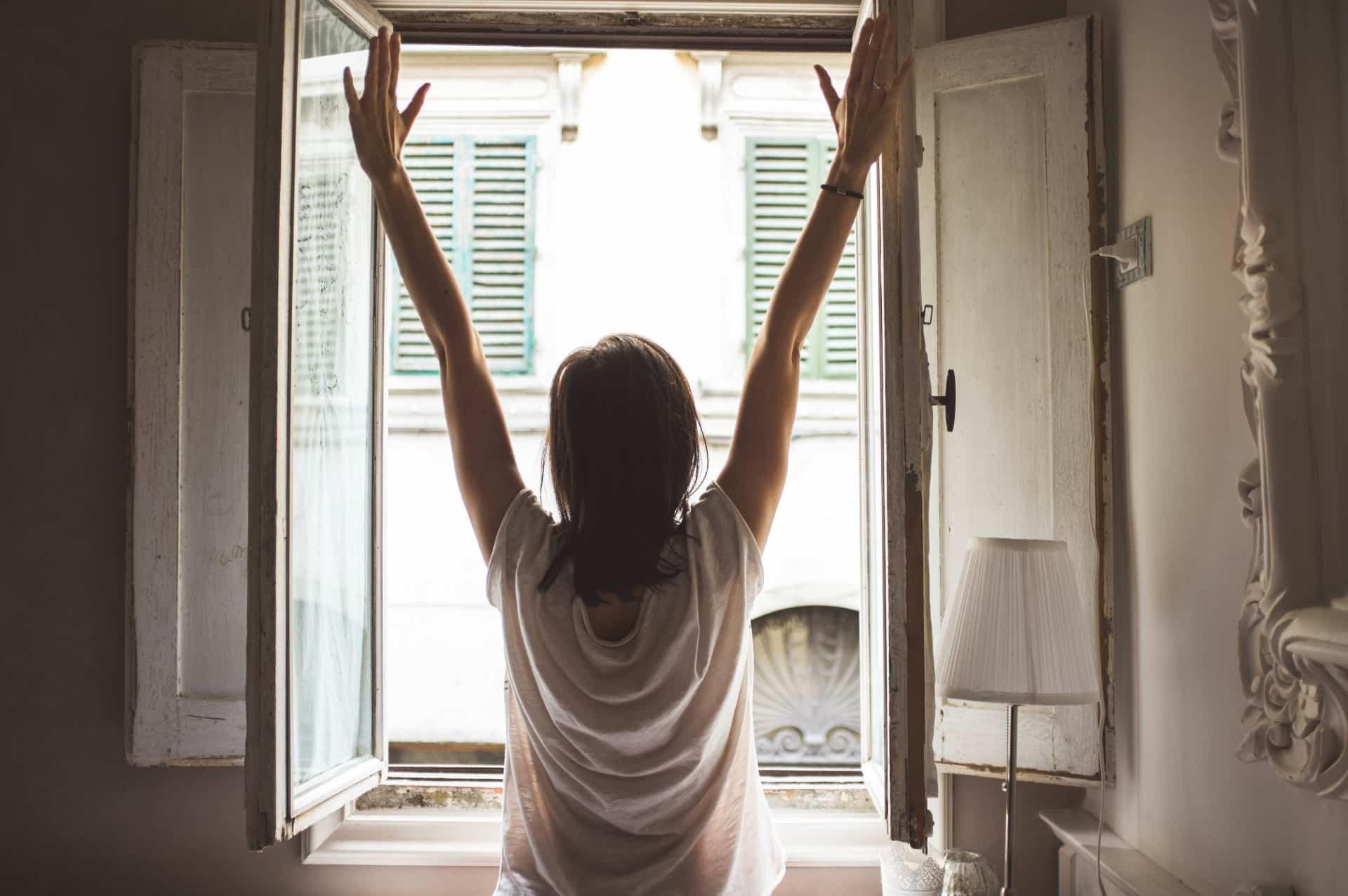 femme à la fenêtre : accepter ses émotions