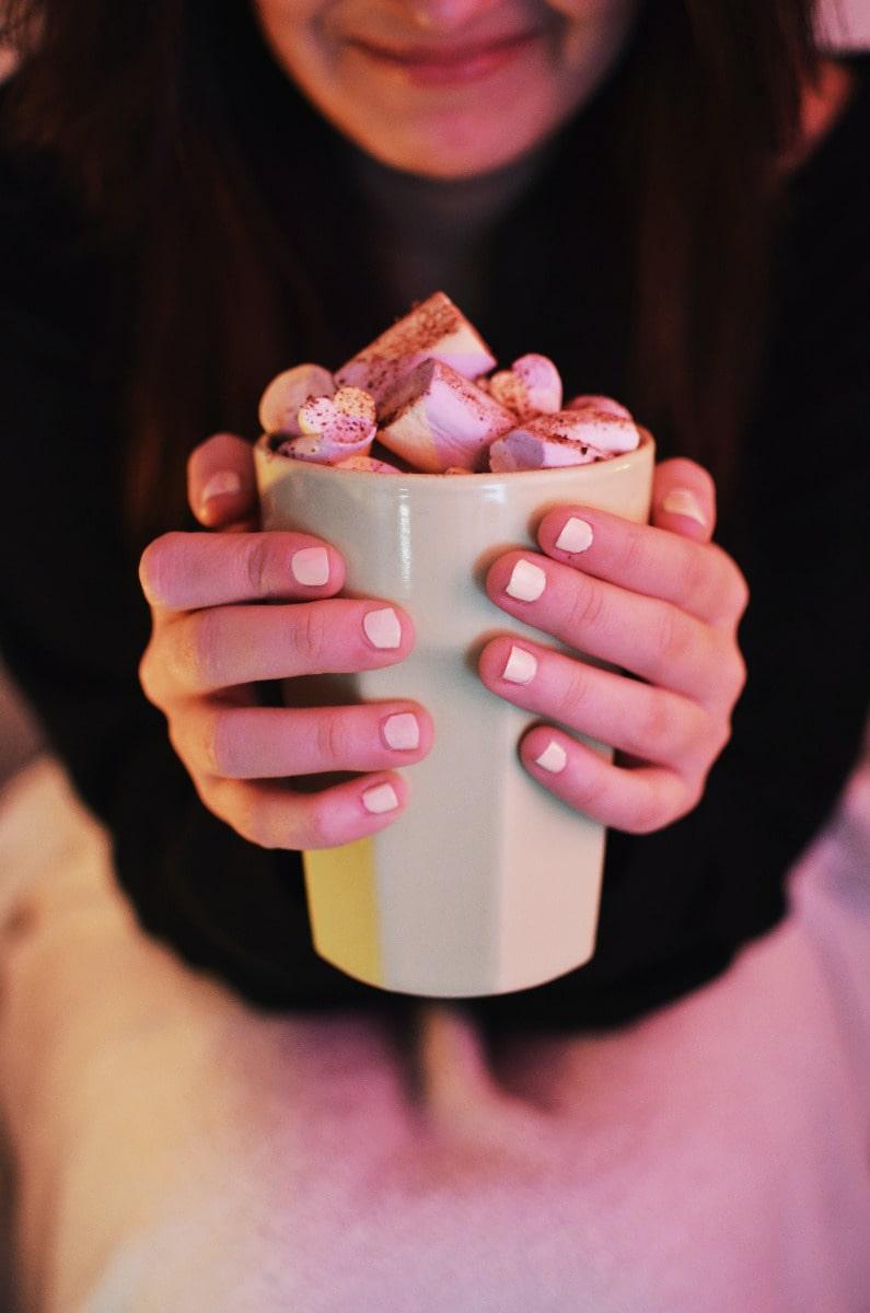 kilos émotionnels : femme avec un bol de bonbons