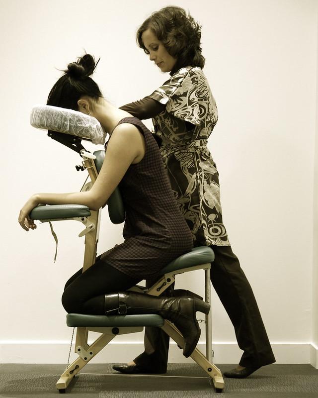 massage amma assis par une praticienne