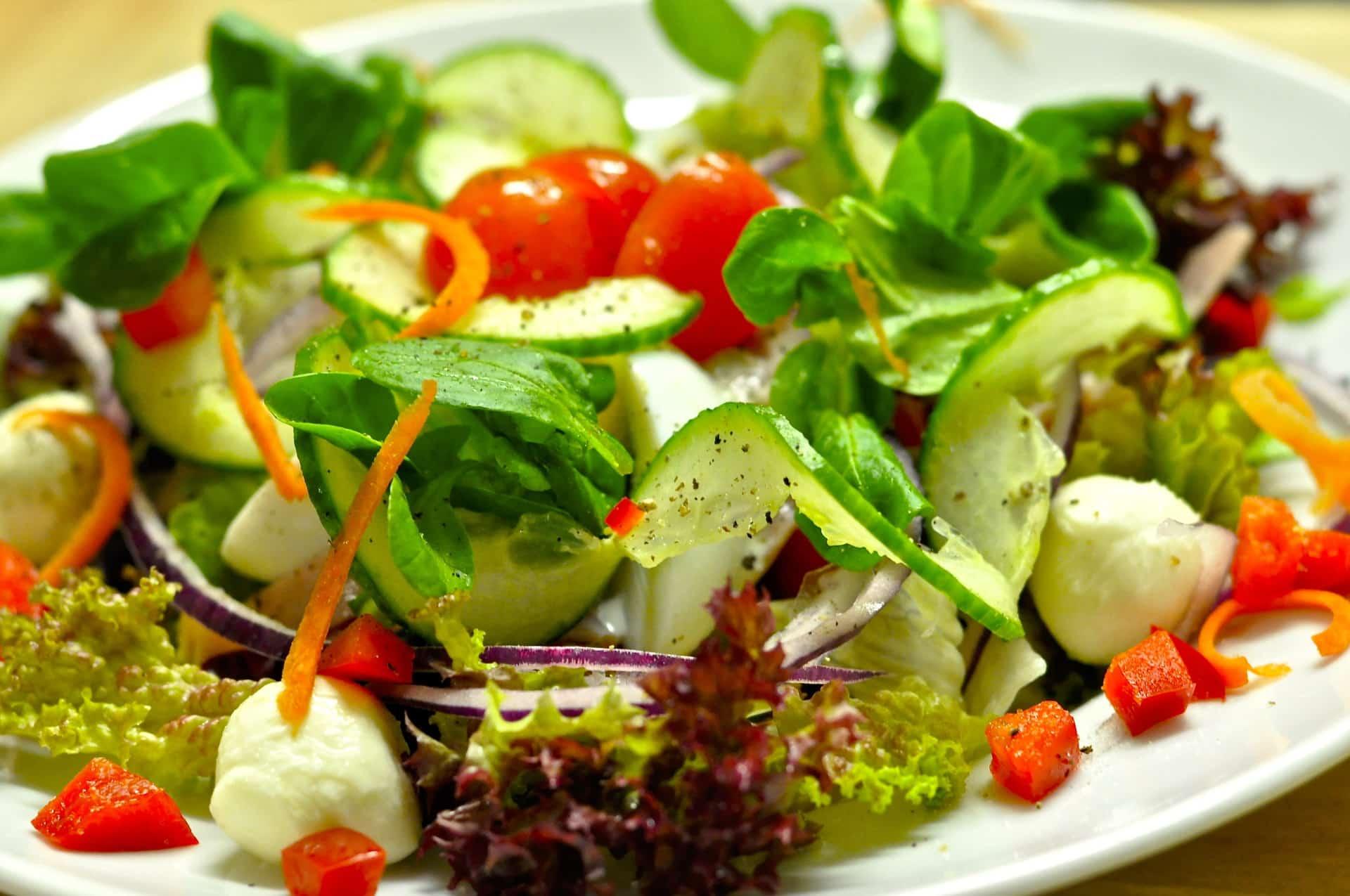 assiette repas salade
