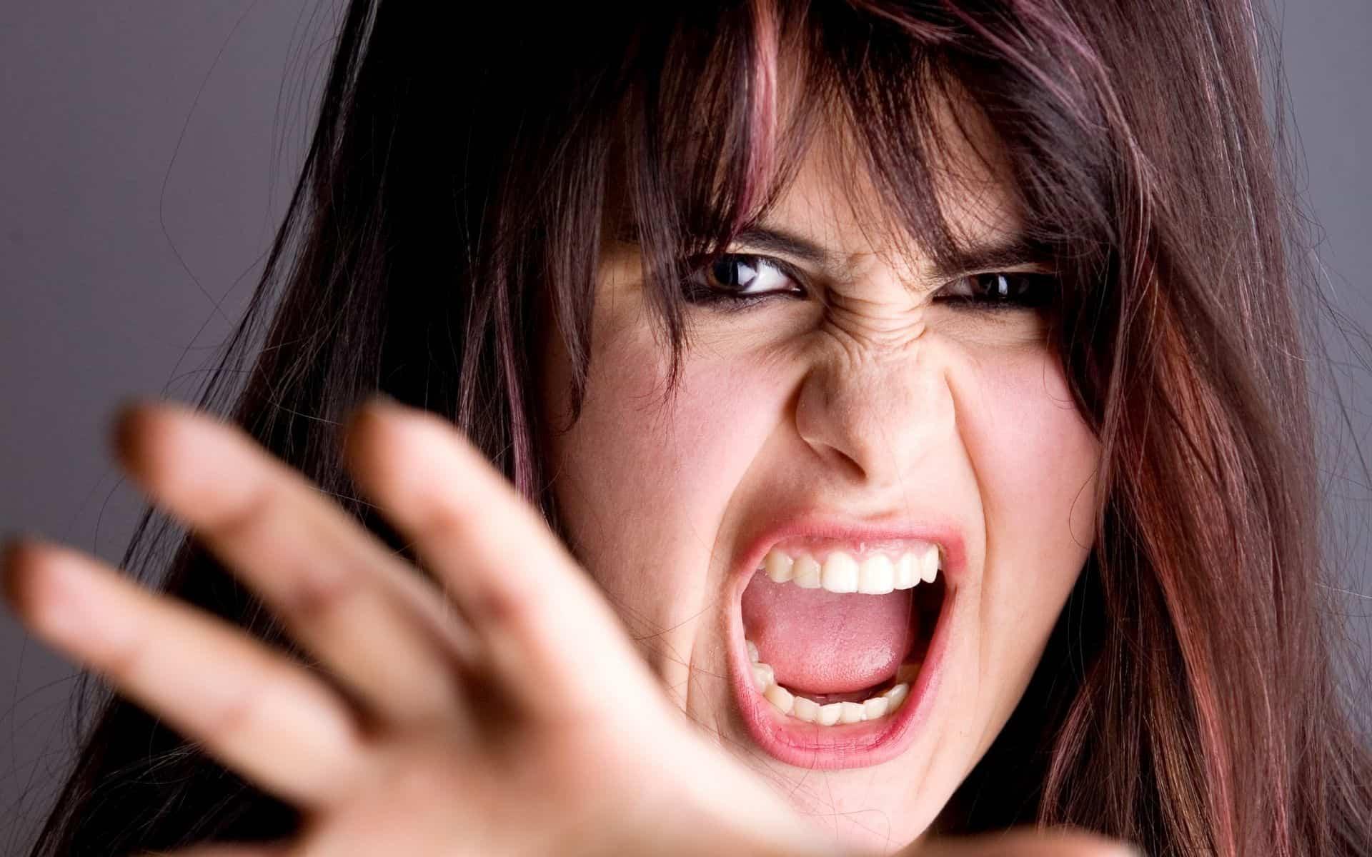 une femme dévastée par la colère
