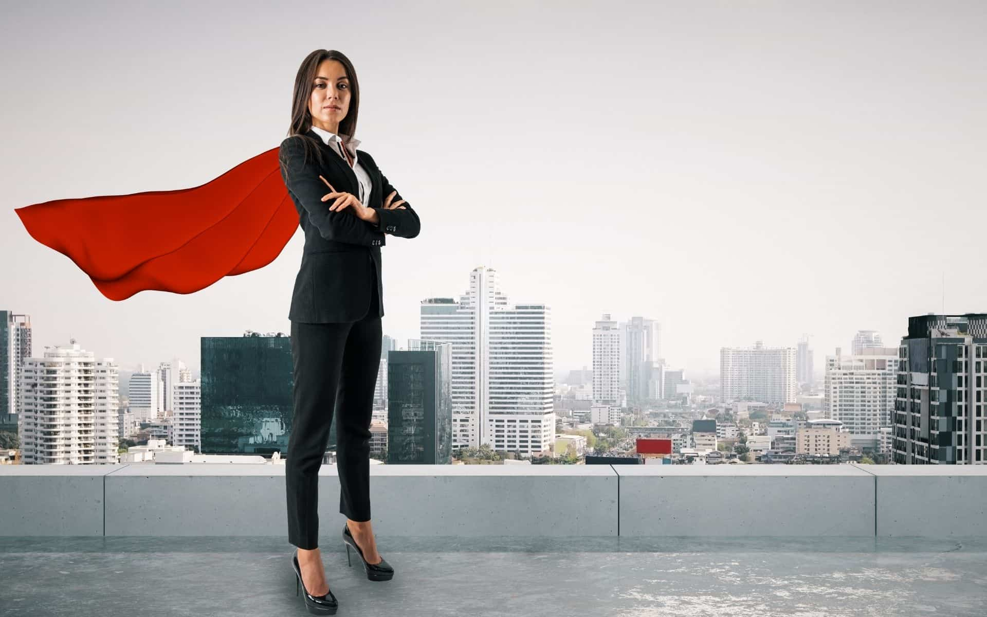 femme working girl en costume de superwoman